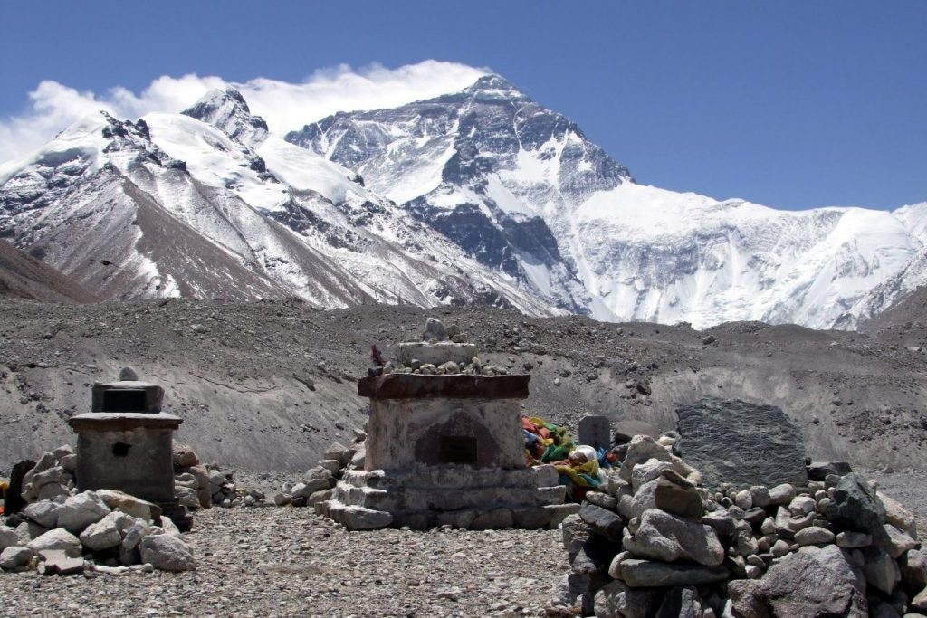 mount everest 1996 Mount everest holds the impressive title of 'tallest mountain in the world,' but many people don't know about its other, more gruesome title — the world's largest open-air graveyard.